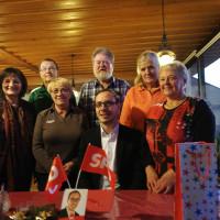 SPD-Landratskandidat Mathias Hertlein eingerahmt von (von links nach rechts) Christa Naaß, Manfred Naaß, Monika Jenewein, Gerd Rudolph, Erika Gruber, Rita Balzer
